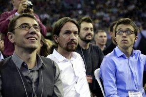 Zufrieden sieht anders aus: Pablo Iglesias (mitte) und Iñigo Errejón (rechts)